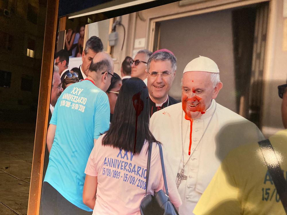 Imbrattati tre pannelli fotografici in ricordo della visita del Papa a Brancaccio